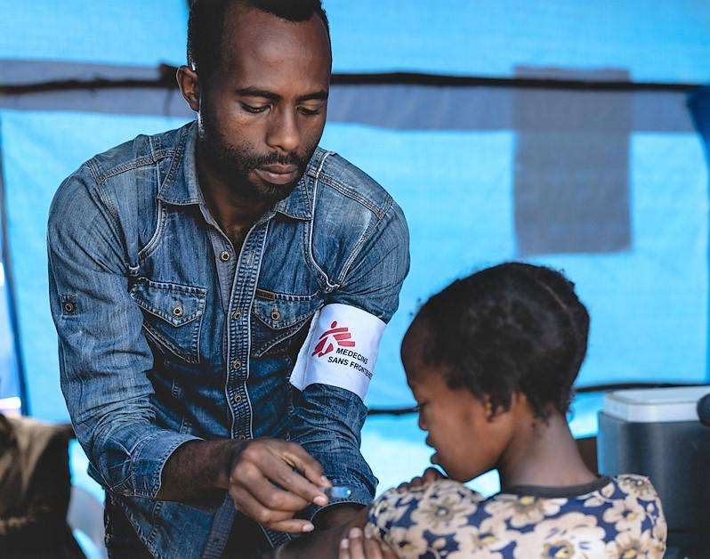 An MSF staff vaccinating a child against measles as part of the mass vaccination campaign organized by the Ethiopian authorities in Gedeo zone.