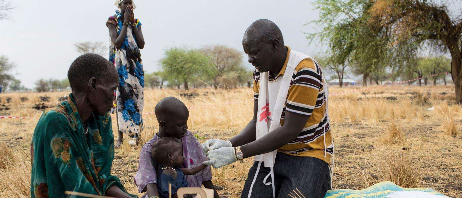 Outdoors support clinic in South Sudan