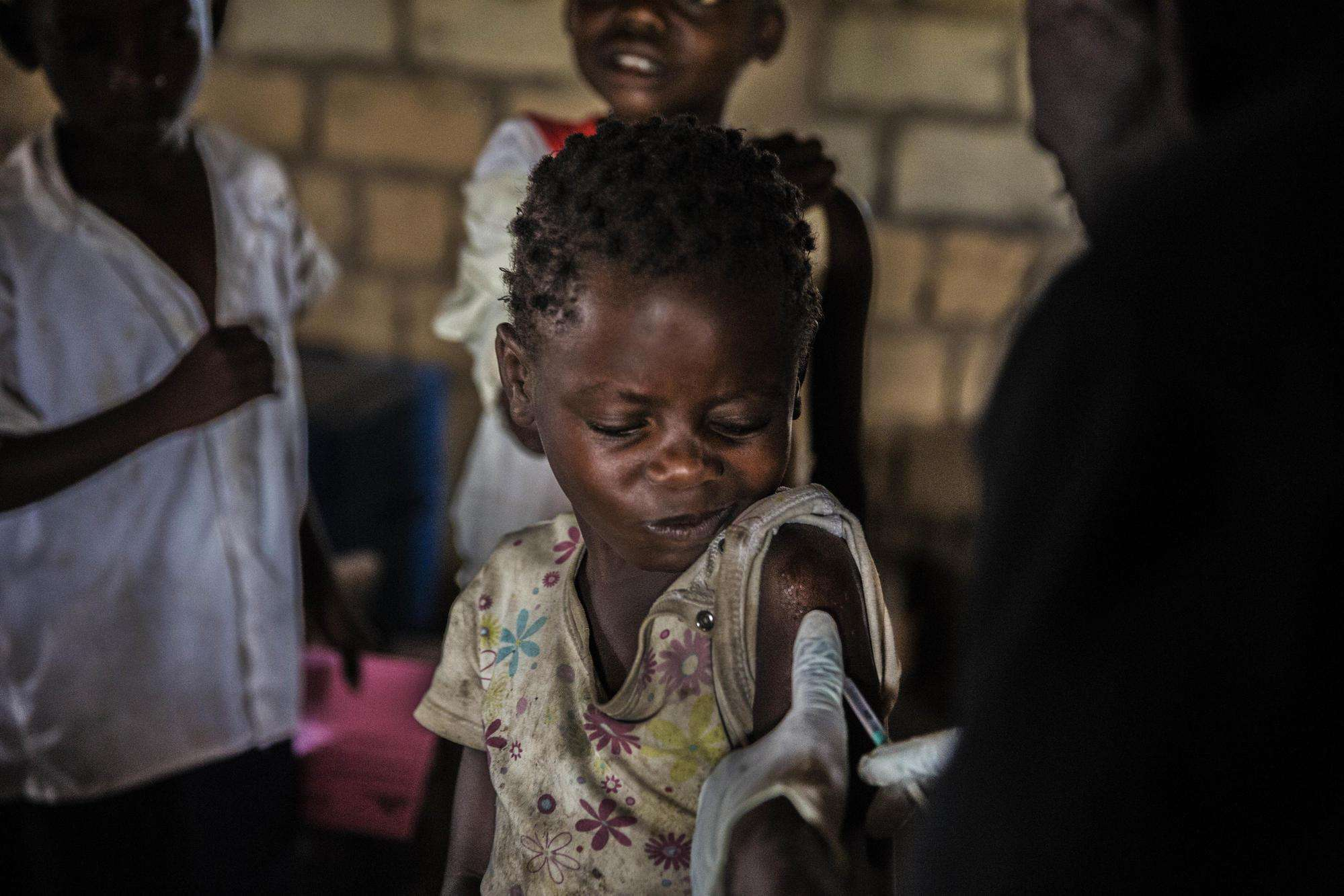 A child is immunized against measles during an MSF vaccination campaign in Katanga, DRC.