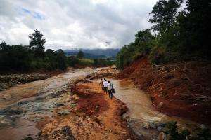 An MSF mobile team walks to access a village cut off by damage caused by Cylone Idai in Chimanimani, Zimbabwe.
