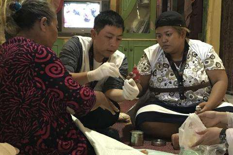 MSF team members care for Elis's mother (left).