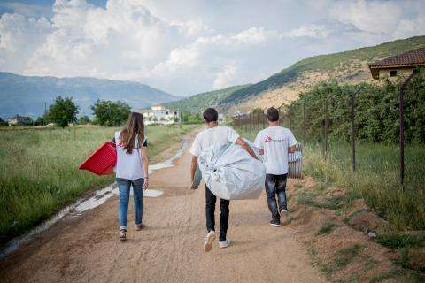 MSF crew carrying belonging to Yazidi refugees